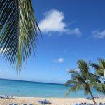 Der Strand, weißer Sand, Palmen und klares, warmes Wasser